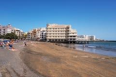 Turist- koppla av på stranden för el Medano, Tenerife, kanariefågelöar, Spanien Royaltyfri Foto