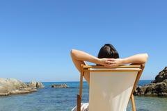 Turist- koppla av tyckande om ferie på stranden royaltyfri fotografi