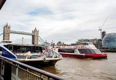 Turist- kryssning i flodThemsen Royaltyfria Bilder