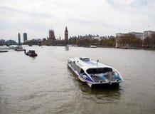 Turist- kryssning i flodThemsen med den mest berömda London gränsmärket Big Ben royaltyfria foton