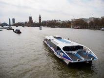 Turist- kryssning i flodThemsen med den mest berömda London gränsmärket Big Ben Royaltyfri Fotografi