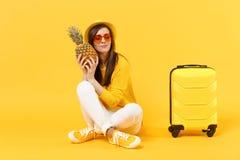 Turist- kvinna för avkopplad handelsresande i sommarkläder, frukt för ananas för hatthåll ny mogen på den gula apelsinen arkivbilder