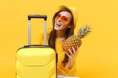 Turist- kvinna för glad handelsresande i sommarkläder, frukt för ananas för hatthåll ny mogen på den gula apelsinen arkivbilder