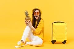Turist- kvinna för handelsresande i tillfällig kläder för sommar, frukt för ananas för hatthåll ny mogen på den gula apelsinen arkivbild