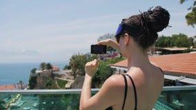Turist- kvinna för lopp som tar fotoet av marina med smartphonen i gammal stad av Europa stock video