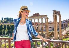 Turist- kvinna framme av Roman Forum som ser in i avstånd royaltyfria bilder