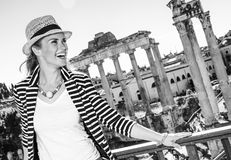 Turist- kvinna framme av Roman Forum som ser in i avstånd royaltyfri foto