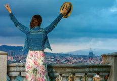 Turist- kvinna framme av stadspanorama av den Barcelona fröjden Royaltyfri Fotografi