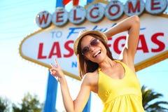 Turist- kvinna, i att posera för Las Vegas tecken som är lyckligt Arkivfoto