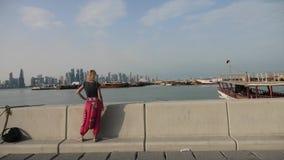 Turist- kvinna på Doha Corniche arkivfilmer