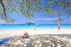 Turist- kvinna på Similan öar i sommartid royaltyfri bild