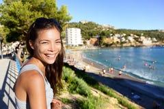 Turist- kvinna på strandsommarsemester i Mallorca Royaltyfria Bilder