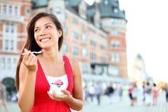 Turist- kvinna som äter glass i Quebec City Royaltyfri Fotografi