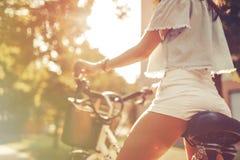 Turist- kvinna som använder cykeln royaltyfri fotografi