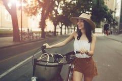 Turist- kvinna som använder cykeln Fotografering för Bildbyråer