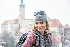Turist- kvinna som poserar med den Mikulov slotten, Tjeckien Fotografering för Bildbyråer