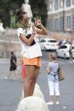 Turist- kvinna som tar ett foto Arkivbild