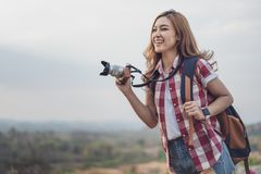 Turist- kvinna som tar fotoet med hennes kamera i natur arkivfoto