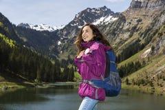 Turist- kvinna som tycker om landskapet Royaltyfria Bilder