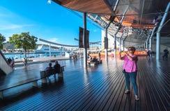 Turist- kvinnapauser som tar foto i Barcelona, Spanien arkivbild
