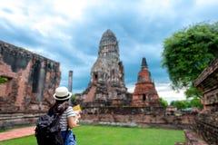 Turist- kvinnor med att bära en ryggsäck fotografering för bildbyråer