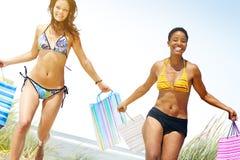 Turist- kvinnor som shoppar sommarstrandbegrepp Royaltyfria Foton