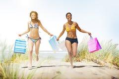 Turist- kvinnor som shoppar sommarstrandbegrepp Fotografering för Bildbyråer