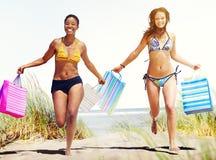 Turist- kvinnor som shoppar sommarstrandbegrepp Arkivbilder
