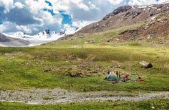 Turist- läger i bergen, tält, turister Arkivbilder