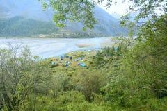 Turist- läger nära bergfloden arkivbild