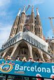 Turist- lagledare nära Sagrada Familia i Barcelona Arkivbilder