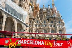 Turist- lagledare nära Sagrada Familia i Barcelona Arkivbild