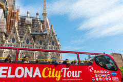Turist- lagledare nära Sagrada Familia i Barcelona Royaltyfri Fotografi