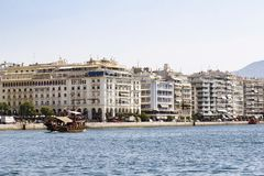 Turist- litet fartyg på kusten av Thessaloniki Grekland arkivfoton