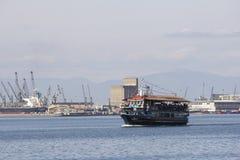 Turist- litet fartyg utanför hamnen av Thessaloniki Grekland arkivfoton