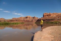 Turist längs Coloradofloden Moab Utah Arkivbilder