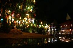 Turist- lopp som ser den färgrika pappers- lyktan i den Yeepeng festivalen Arkivbilder
