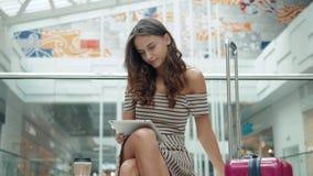 Turist- lycklig brunettflicka för nätt kvinna som direktanslutet shoppar med kreditkorten och minnestavlan i shoppinggalleria för lager videofilmer