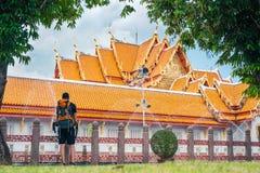 Turist- man med ryggsäcken som ser marmortemplet under ett lopp i Bangkok, Thailand Fotvandrare i loppbegrepp jpg Royaltyfria Foton