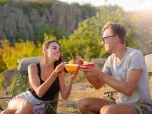 Turist- man och kvinna som äter nudlar på en naturlig bakgrund Härliga par på en picknickdag Billigt turismbegrepp arkivfoto