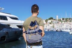 Turist- man som håller ögonen på hamnen i Cannes Azure seglar utmed kusten Arkivbilder