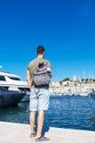 Turist- man som håller ögonen på hamnen i Cannes Azure seglar utmed kusten Royaltyfria Foton