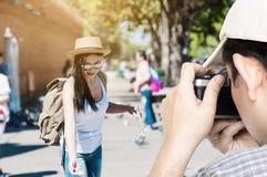 Turist- man som tar fotoet av hans vän arkivbilder