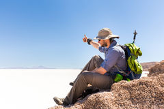 Turist- maximum för fotvandraresammanträdeberg, ovanför salt öken, Bolivia Royaltyfri Bild