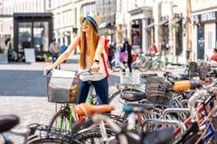 Turist med cykeln i den gamla staden Royaltyfri Foto