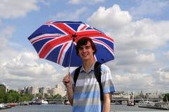 Turist med det brittiska flaggaparaplyet i London Royaltyfri Foto