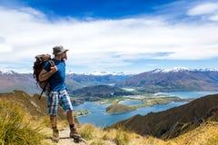 Turist med en ryggsäck- och bergpanorama Arkivbilder