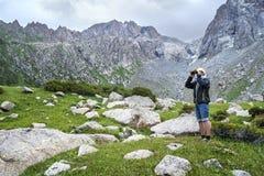 Turist med fält-exponeringsglas Arkivfoto