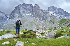 Turist med fält-exponeringsglas Arkivbilder