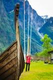 Turist med kameran nära det gamla viking fartyget, Norge Royaltyfria Bilder